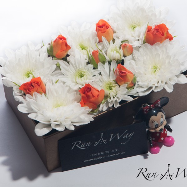 8 бр. оранжеви рози, съчетани с 9 бели хризантеми