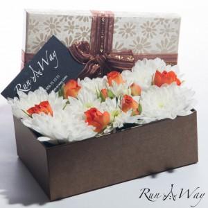 Оранжеви рози с бели хризантеми