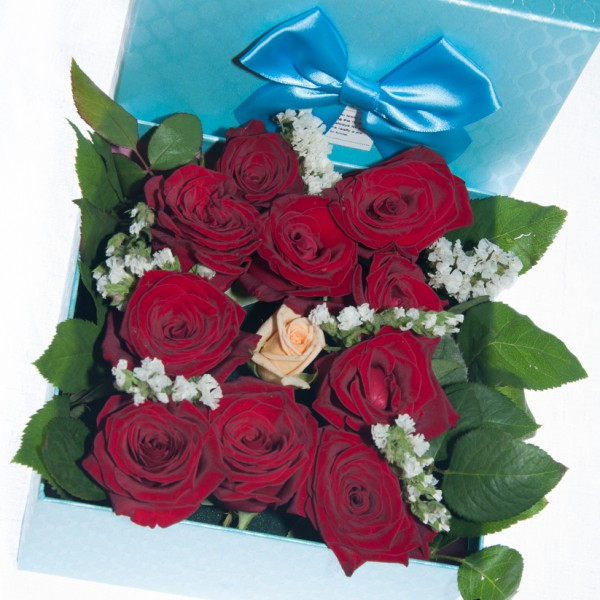 Кремава роза с червени рози