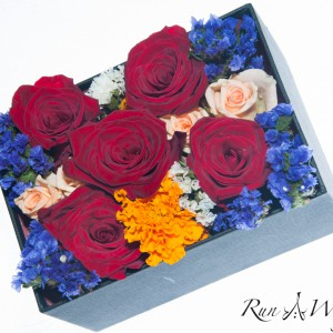 Цветни рози и сини хризантеми