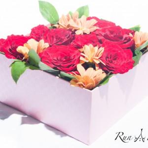 Червени рози с оранжеви хризантеми
