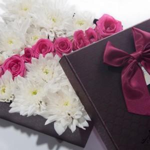 Рози с бели хризантеми